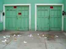 Gegenüberstellung von Fertiggaragen und gemauerten Garagen