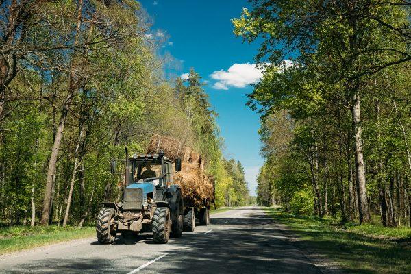 Gefahr auf deutschen Landstraßen durch landwirtschaftliche Fahrzeuge