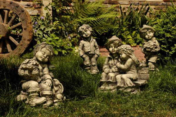 Steinfiguren im Garten